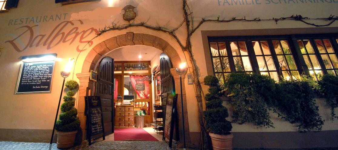 Eingang-Hotel-Restaurant-Dalberg-bei-Nacht-in-St.-Martin-an-der-Südlichen-Weinstraße-in-der-Pfalz-e1426958913311